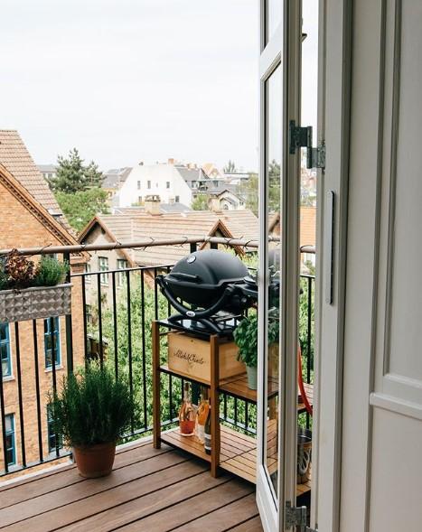 balcone stretto e lungo con barbecue
