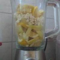 Der Knoblauchtrunk mit Zitrone
