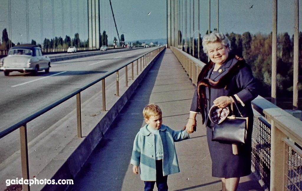 Spaziergang auf der Rodenkirchener Autobahnbrücke ca. 1967