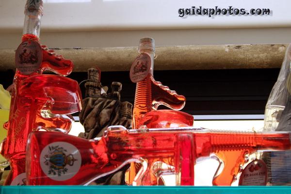 Kuriositäten in San Marino: Schnapsflaschen in Gewehrform