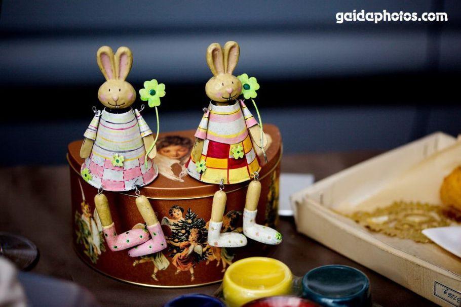 Osterhasen aus Holz mit Blume auf Kistchen