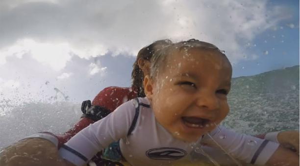 Bebé surfista de nueve meses se divierte a lo grande