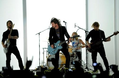 Llora durante el concierto y los Foo Fighters lo suben al escenario a cantar