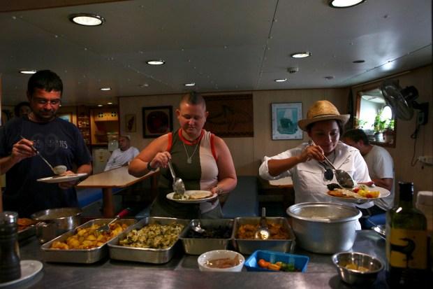 Después de unas horas de trabajo, la tripulación se toma un descanso para la hora de la comida.