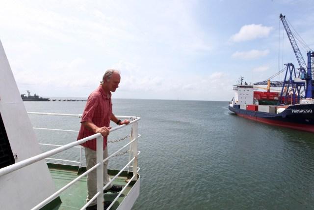 """El capitán Joel Stewart de Estados Unidos supervisa maniobras en el barco """"El esperanza"""""""