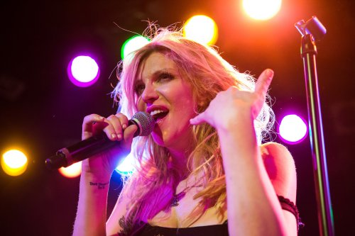 """Courtney Love canta """"Creep"""" de Radiohead y bueno…"""