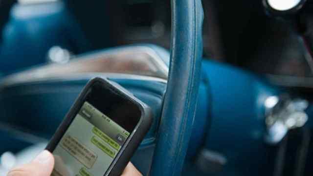 Aprueban ley que sanciona el texteo mientras se maneja un automóvil; prevé cárcel de 3 años
