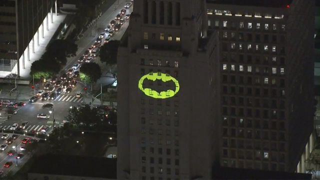 Video: Encienden la batiseñal en honor a Adam West