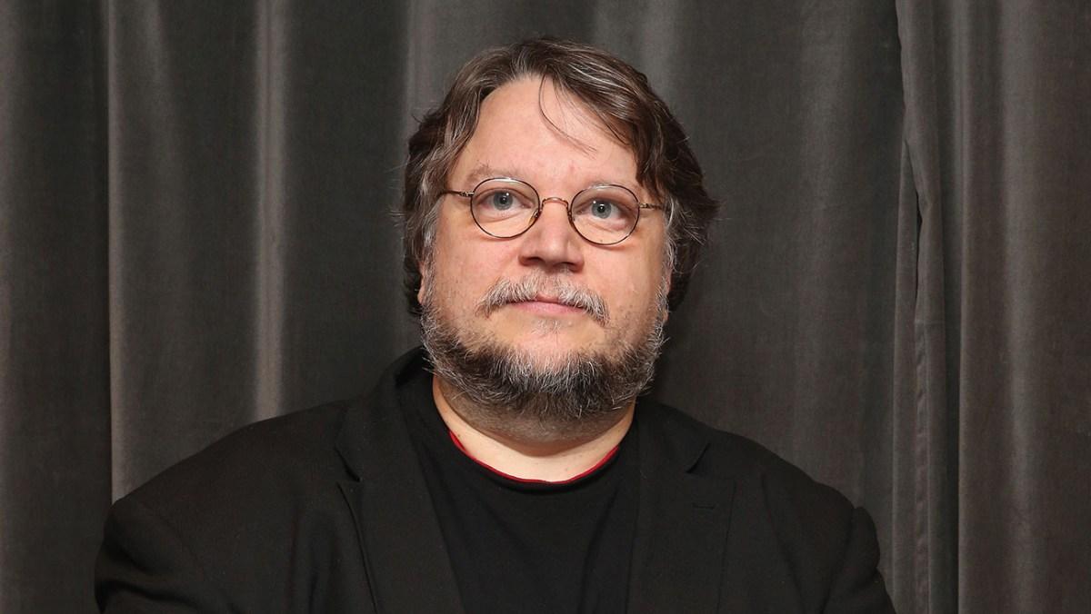 Guillermo del Toro devela placa con su nombre en la Casa de los Lumière