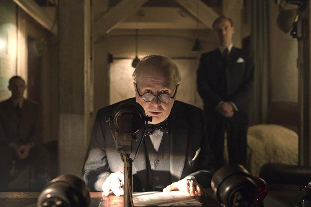 Las horas más oscuras: la atormentada mirada de Churchill