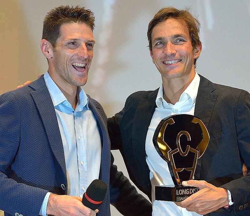 Alessandro Degasperi riceve il premio del Gala del Triathlon come migliore lunghista azzurro dall'amico Daniel Fontana (Foto: GaladelTriathlon/Dani Fiori)