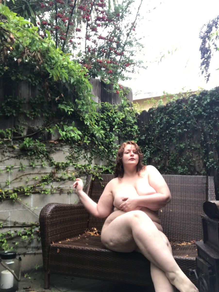 Jamie pozuje nago w ogrodzie na rattanowym fotelu