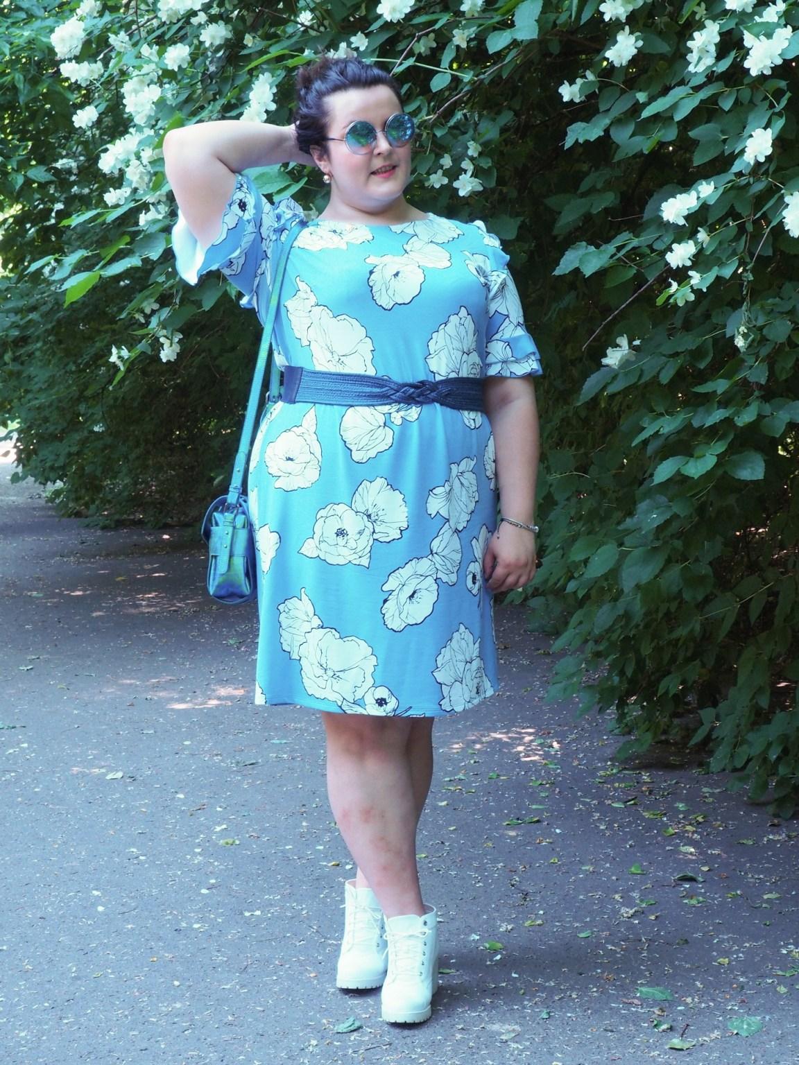 Niebieska sukienka bo prix moda plus size