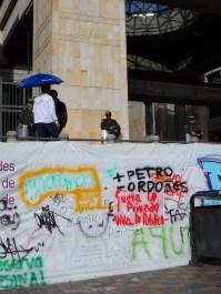 Muro en manifestación contra destitución de Gustavo Petro