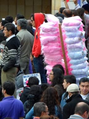 Vendedor de algodones de azúcar en manifestación contra destitución de Gustavo Petro