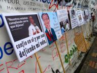 Carteles en manifestación contra destitución de Gustavo Petro