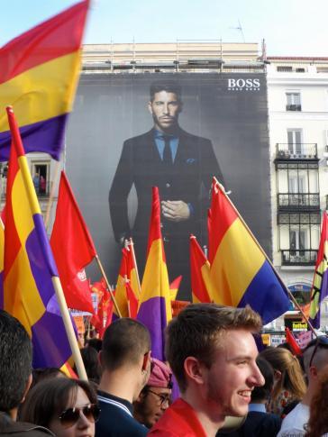 Hugo Boss en medio de la manifestación Tercera República Española