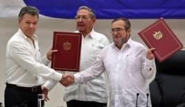 Para WOLA, la presión que ejercieron los oficiales colombianos retirados hizo que horas antes de la firma del acuerdo final el gobierno colombiano cambiara unilateralmente el texto del acuerdo para eliminar la referencia al artículo 28, lo que fue aceptado por las FARC. Foto: Caracol Radio