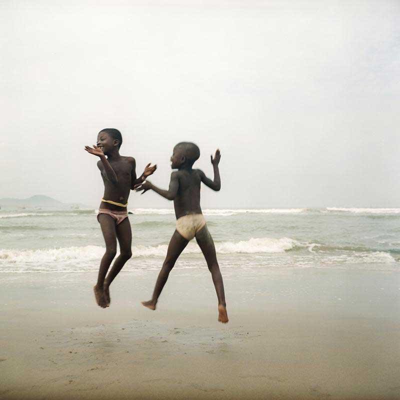 Deux sœurs sur une plage à Apam