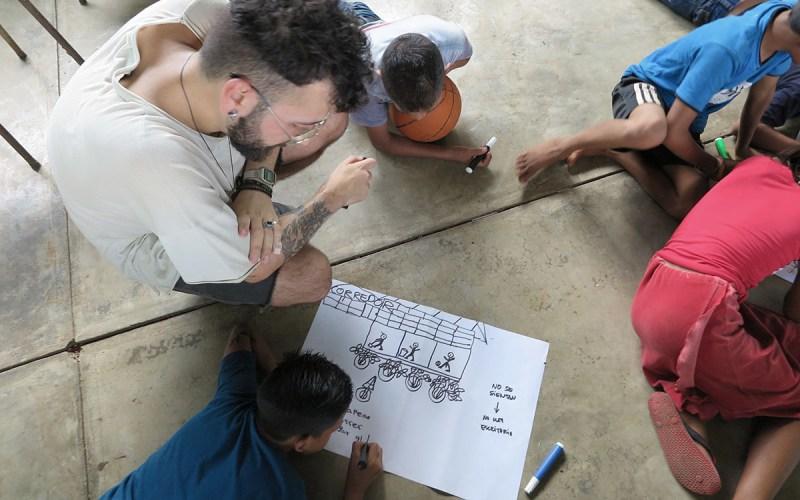 Nenos e nenas debuxando