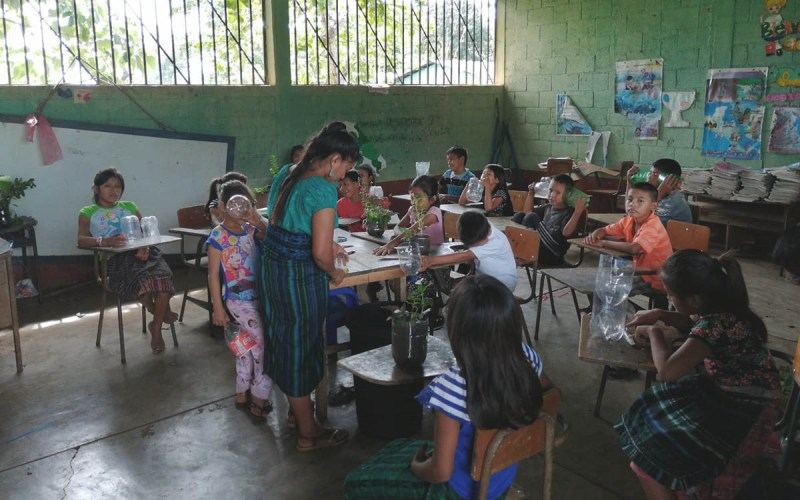 Antonia coas nenas e nenos pintando botellas