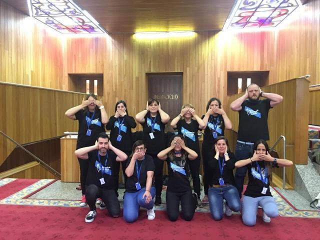 Prohiben o acceso ao Parlamento ás Enfermeiras Eventuais en Loita que vestían camisolas reivindicativas