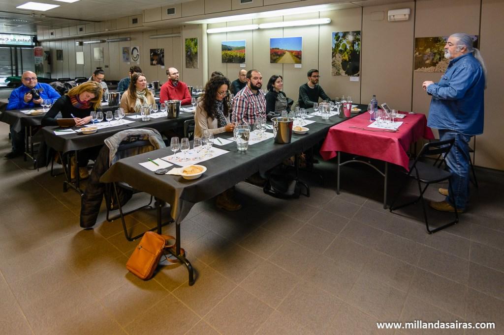 Todos muy atentos a las explicaciones y repaso histórico del vino gallego
