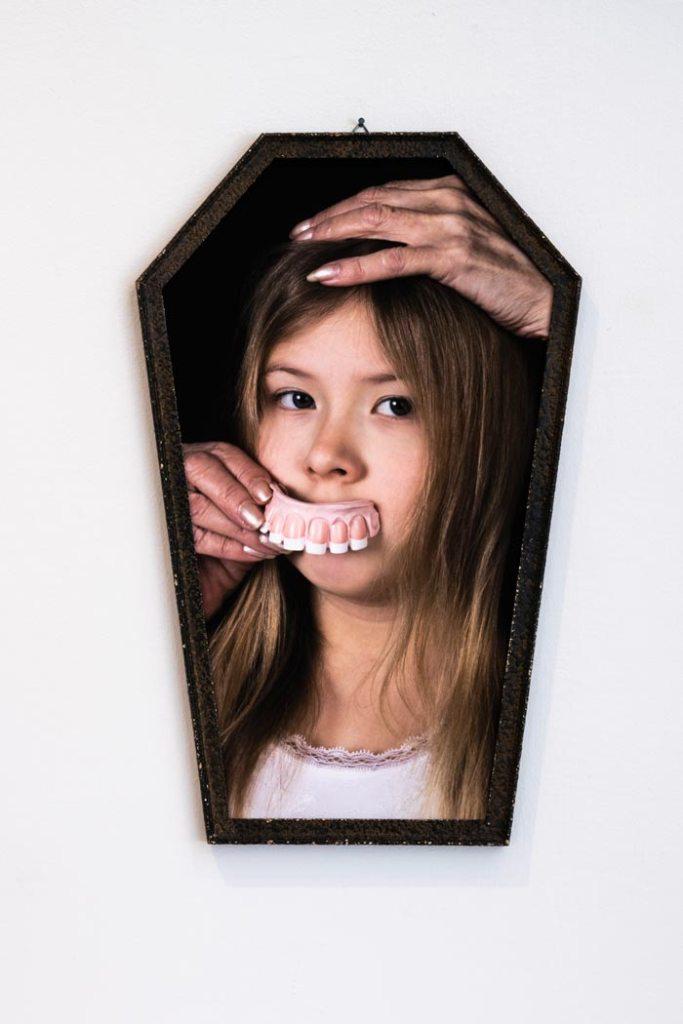 Maria Nuutinen: 10.Noidan pauloissa, pigmenttivedos alumiinikomposiittilevyllä, vanhat peilinkehykset, 51 x 32 cm, 2019