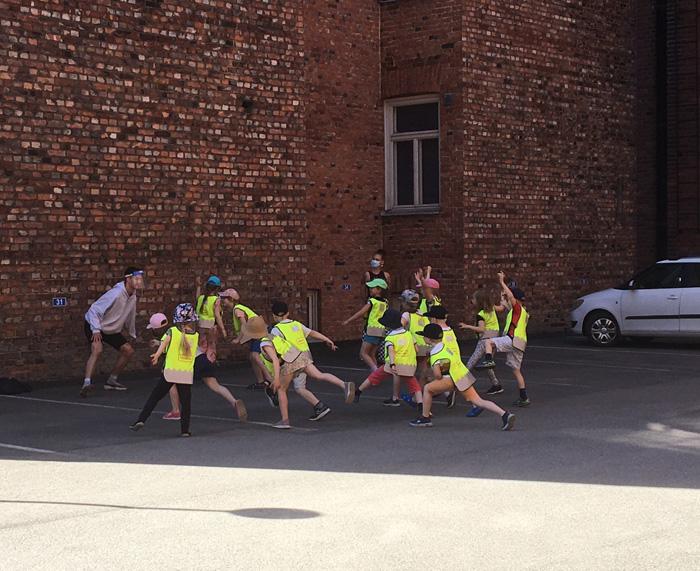 Förskolebarn från dagiset Elias på utställningsvisning baserad på rörelse organiserad av Oskari Nyyssölä och Siiri Uotila från Eidos