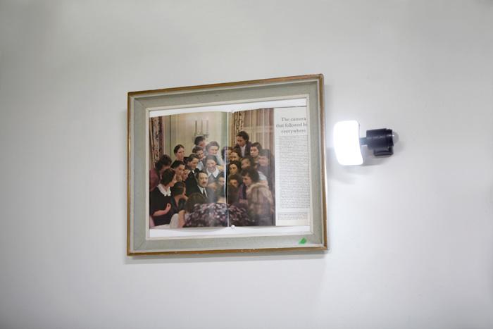 Adolfo Vera: Nimetön [virhe] yksityiskohta 2019,lehti, kehys ja liiketunnistin, 48x70x20