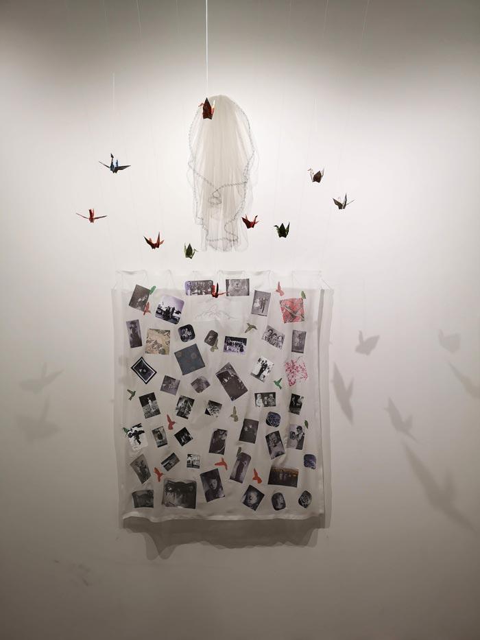 Beata Joutsen, Juuret, 2018, installaatio: kuvakollaasi silkkisifongille, huntu, origami, 118x137 cm
