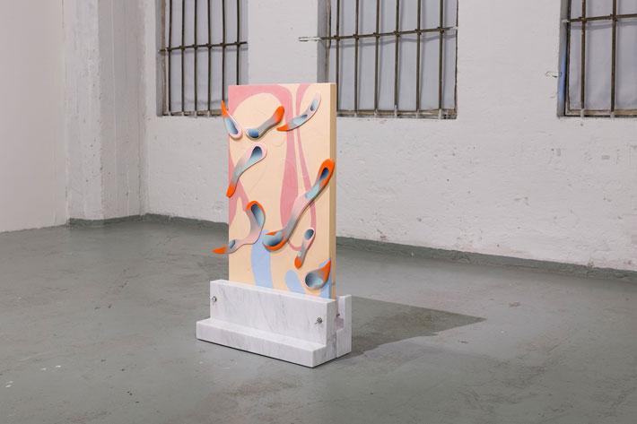 Man Yau: Air - Värjätty betoni, puu, spray-maali, marmori, teräs - 90 cm x 55 cm x 21 cm - 2017 (Kuva: Emma Sarpaniemi)