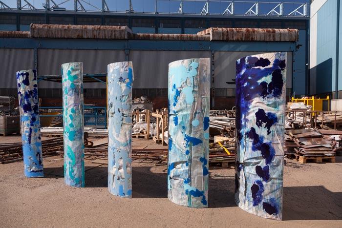 Siiri Pohjolainen: Blue Waves, 2019, 6 kpl 190 cm x 100 cm, kangas, akryyli ja kynät pleksille