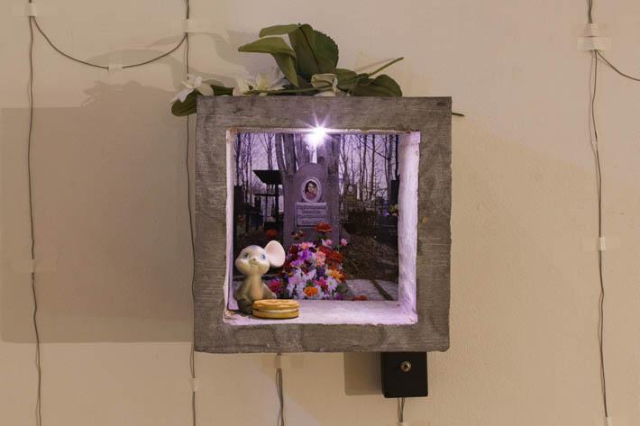 Heidi E. Hänninen, valokuvaveistos installaatiossa, kuva Satu Palander