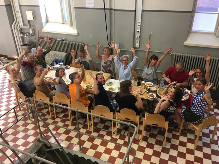 Huutos medlemskonstnärer äter mellan galleribyggandet på Eriksgatan 2018
