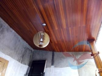 pemasangan plafon kayu lambersering ulin kalimantan 3