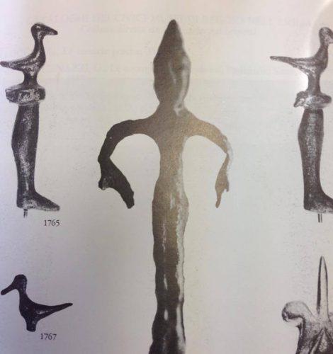 Bronzetto umbro-ligure da Servirola (RE), fine VI a.C.: il personaggio indossa un copricapo conico, che potrebbe essere assimilabile al copricapo indossato dagli aruspici etruschi.