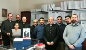 : Mons. Pappalardo, cuarto por la derecha; De derecha a izquierda.. Mons. Pappalardo (4º), D. Gabriel,(6º) D. Salvador (7º)