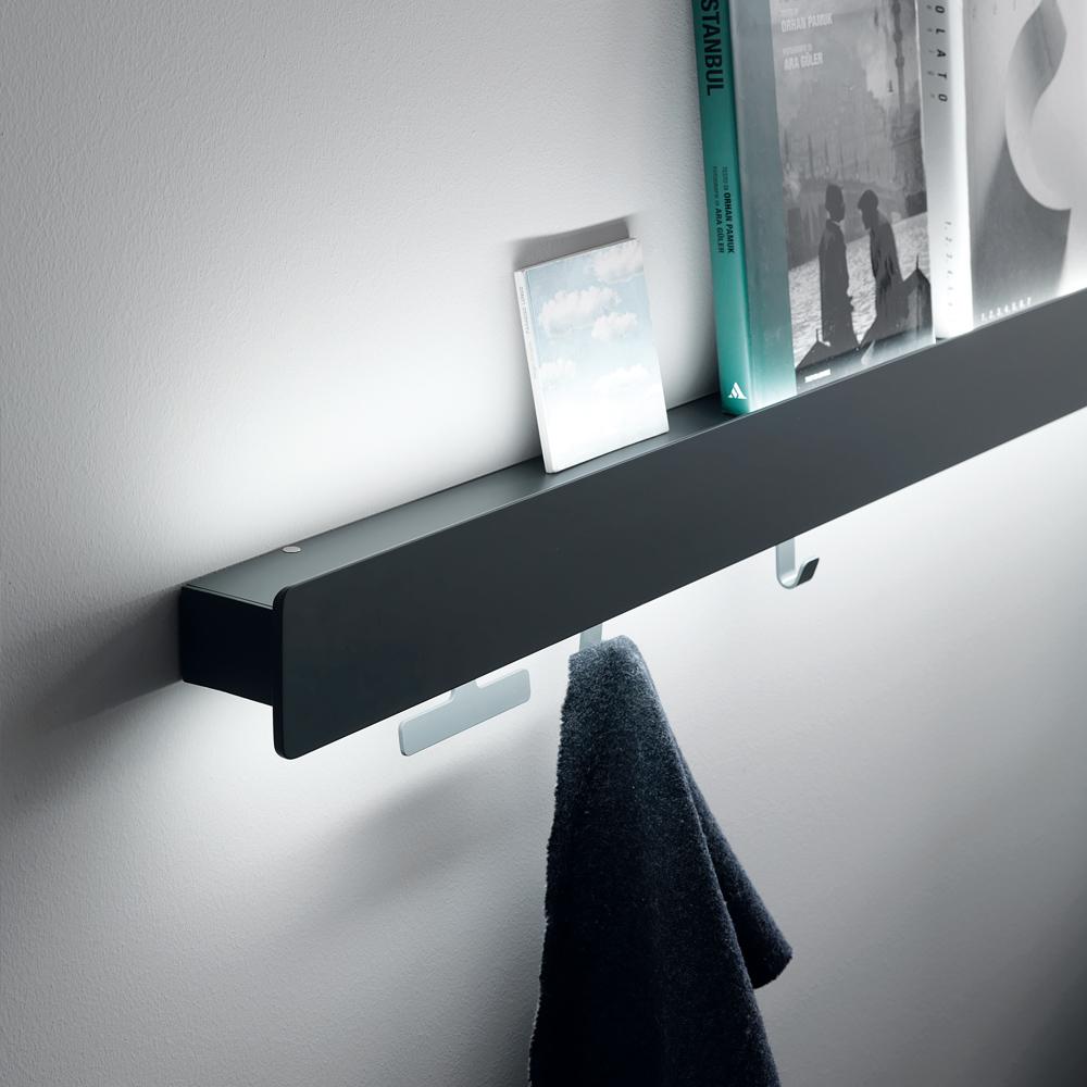 La luce led per l'illuminazione del soffitto introduce ulteriori dimensioni in uno spazio dalla configurazione dinamica e multifunzionale. Dettaglio Mensola Letto Matrimoniale Groove Camera Da Letto Gambula Arredamenti Gambula Arredamenti