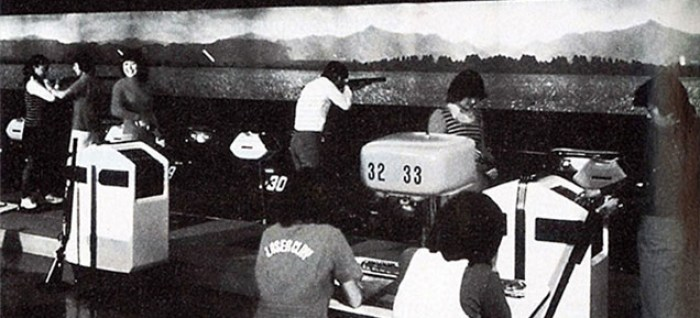 Une salle de bowling reconvertie en salle de Laser Clay Shooting et Wild Gunman, le premier jeu d'arcade de Nintendo