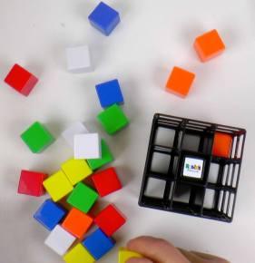 Rubik's cage, de blokjes uit de kooi.