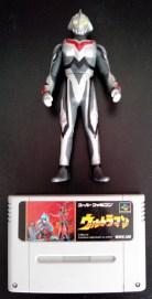 Ultraman Super Famicom avec sa figurine collector