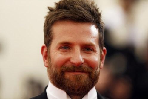 Bradley Cooper Atura como Chris Kyle no filme American Sniper.