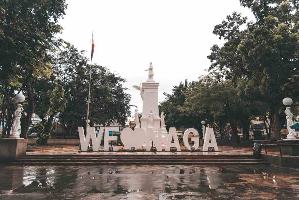 Plaza Rizal in Naga, how to get from Manila to Naga, How to get to Naga, Naga tourist spots,