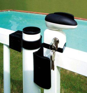 Detalle de un sistema de seguridad de piscina con cierra con llave.