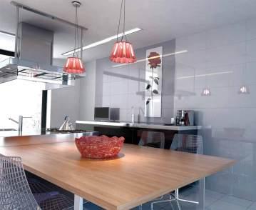 Cocina monocromática en blancos con toques de color naranja en las luces.
