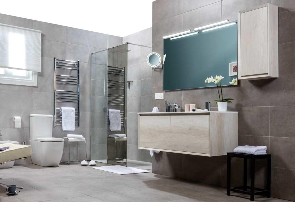 Baño estilo minimalista y moderno con mueble suspendido en color crudo. Con mampara de ducha.
