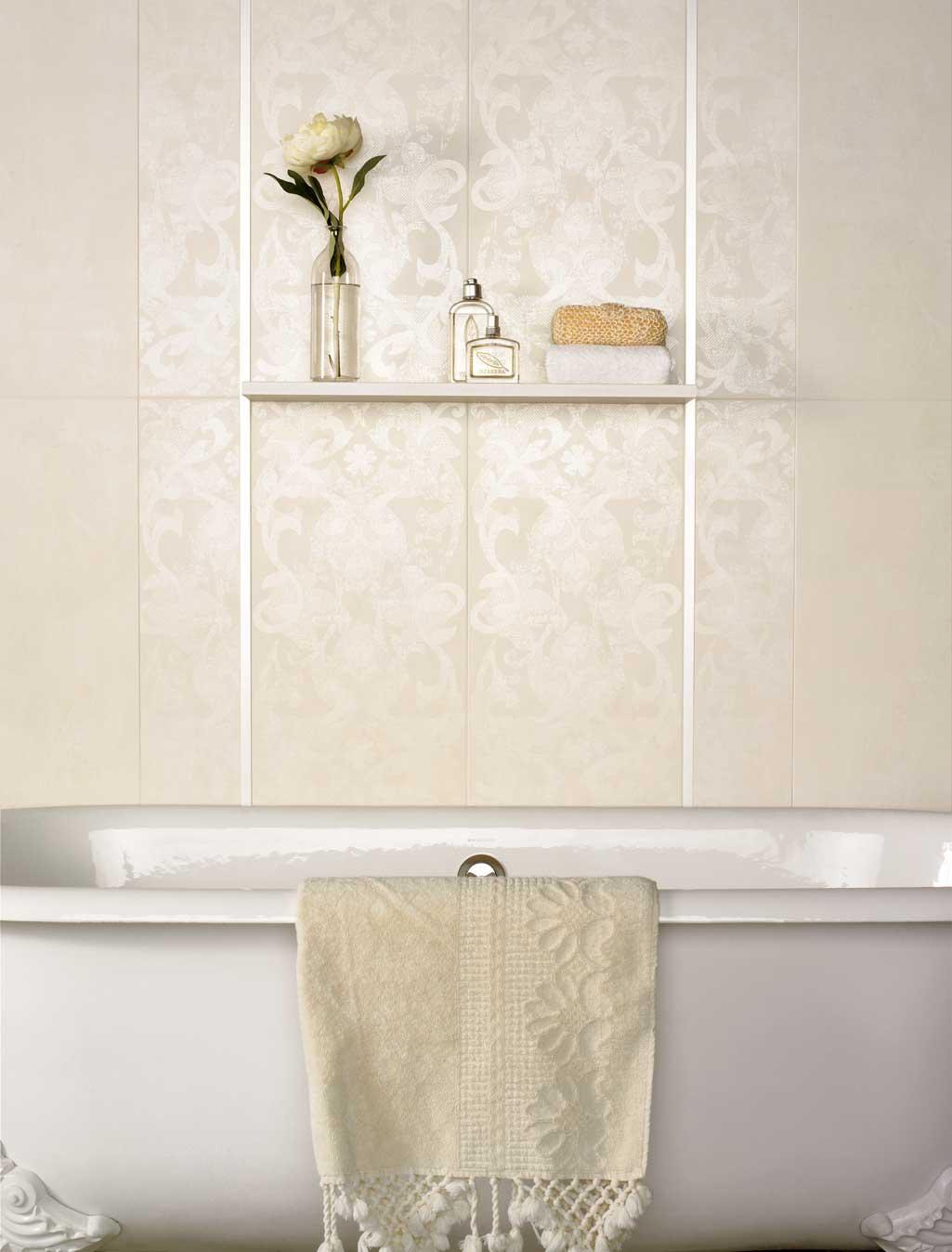 Baño estilo nórdico con bañera en tonos totalmente blancos.