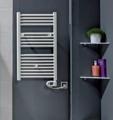 Catálogo CALOR de Grup Gamma donde aparece el radiador toallero Tojar en un baño.