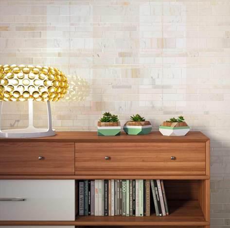 Cerámica en despacho, en la pared una cerámica de tonos claros. El toque de color lo aporta la lámpara que es amarilla.